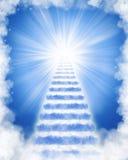 Escaliers faits de nuages au ciel Photo stock