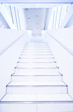 Escaliers futuristes conceptuels dans le hall blanc Photo stock