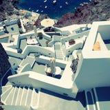 Escaliers gris et blancs dans le village volcanique Oia, Santorini, GR Photographie stock