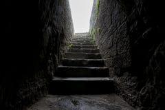 Escaliers historiques de dalle de pierre d'enterance photographie stock libre de droits
