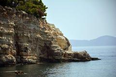 Escaliers incurvés dans la mer grecque images libres de droits