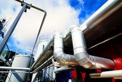 Escaliers industriels de réservoirs en acier contre le ciel bleu photos libres de droits
