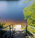 Escaliers inondés sur l'eau propre d'inondation de lac Image stock