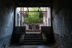 Escaliers intérieurs ruinés Photographie stock libre de droits