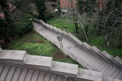 Escaliers isolés dans la ville photos stock