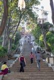 Escaliers jusqu'à Swayambunath Stupa dans Kathamandu, Népal photos libres de droits