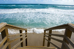 Escaliers à la plage tropicale Photo libre de droits
