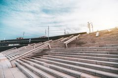 Escaliers larges dans les environnements urbains images libres de droits