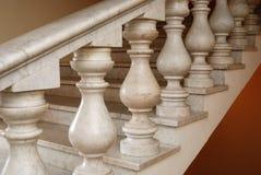 Escaliers marmoréens antiques avec des balustres Photos libres de droits