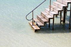 Escaliers menant dans l'eau des Caraïbes de turquoise photos stock