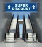 Escaliers mobiles d'escalator dans le mail, signe superbe de remise Images stock