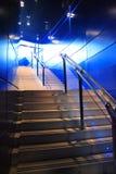 Escaliers modernes et lumière bleue Photographie stock libre de droits