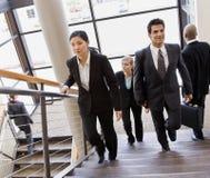 Escaliers occupés multi-ethniques du bureau Co-workerson Photos stock
