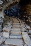 Escaliers par la roche de voûte Photos stock