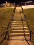 Escaliers pendant la nuit Images libres de droits