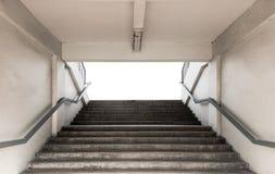 Escaliers pour le stade d'entrée avec la balustrade sur le fond blanc Photographie stock libre de droits