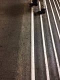 Escaliers rayés blancs, pas concrets dans la station de métro - photo stock