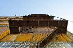 Escaliers rouillés d'évasion Images stock