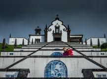 Escaliers s'élevants à notre Madame de chapelle de paix photos stock