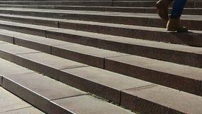 Escaliers s'élevants d'étudiante sur le chemin à l'université, la vie heureuse d'université clips vidéos