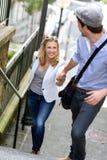 Escaliers s'élevants de jeunes couples romantiques à la mode Image stock