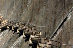 Escaliers sans fin diagonalement en bas d'un barrage Photos stock