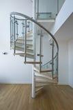 Escaliers solides de newel avec des opérations en bois Images stock