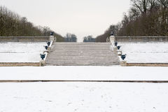 Escaliers sous la neige en Parc de Saint Cloud Images libres de droits