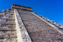 Escaliers sur la pyramide de Chichen Itza Photos libres de droits