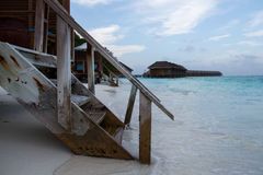Escaliers vers le bas à l'eau Photographie stock libre de droits