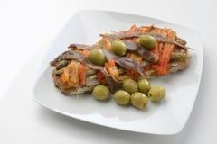 Escalivada und Oliven und Sardellen auf Toast Lizenzfreies Stockfoto