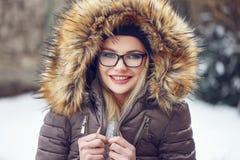 Escalofrío de la mujer al aire libre en el invierno en vidrios Fotos de archivo libres de regalías