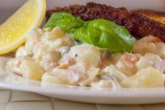 Escalope de veau de saucisse avec de la salade de pomme de terre Photo stock