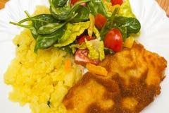 Escalope de veau frite avec des pommes de terre Images libres de droits