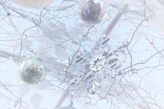 Escama cristalina de la nieve y toda la decoración en el árbol de navidad blanco imagen de archivo libre de regalías