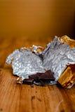Escama del chocolate con la hoja de oro Fotografía de archivo libre de regalías