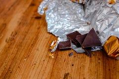 Escama del chocolate con la hoja de oro Imágenes de archivo libres de regalías
