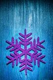 Escama del simbol de los juguetes de la Navidad en fondo azul Fotografía de archivo