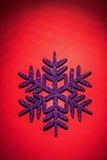 Escama del simbol de los juguetes de la Navidad en fondo rojo Fotografía de archivo libre de regalías