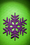 Escama del simbol de los juguetes de la Navidad en fondo verde Imagenes de archivo