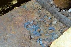 Escamas del moho en una hoja del hierro oxidado Fondo de la corrosión del moho del metal fotos de archivo