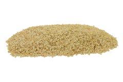 Escamas orgánicas de la quinoa de la pila Imagen de archivo