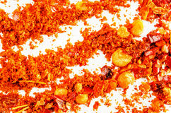 Escamas secas y polvo machacados del chile aislados en blanco Imagen de archivo libre de regalías