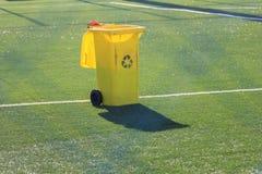 Escaninho amarelo na grama artificial no estádio de futebol Imagens de Stock Royalty Free