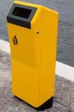 Escaninho amarelo novo para o desperdício Imagem de Stock Royalty Free