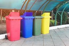 Escaninho de desperdício plástico, separação de cor de acordo com o uso Grande e durável, apropriado para lugares do uso em públi foto de stock