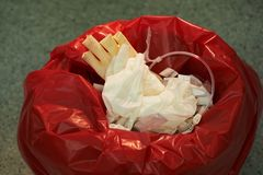 Escaninho de lixo cir?rgico na sala de opera??es imagens de stock