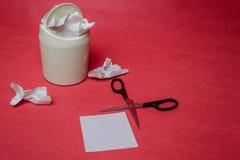 Escaninho de lixo claro no fundo vermelho Close up de folhas de papel amarrotadas e tesouras Conceito da reciclagem do desperd?ci imagem de stock