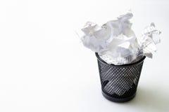 Escaninho de lixo com lixo dos papéis imagem de stock