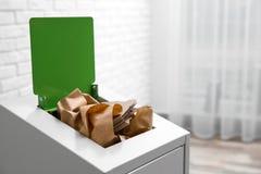 Escaninho de lixo com papel e cartão dentro, espaço para o texto fotos de stock royalty free